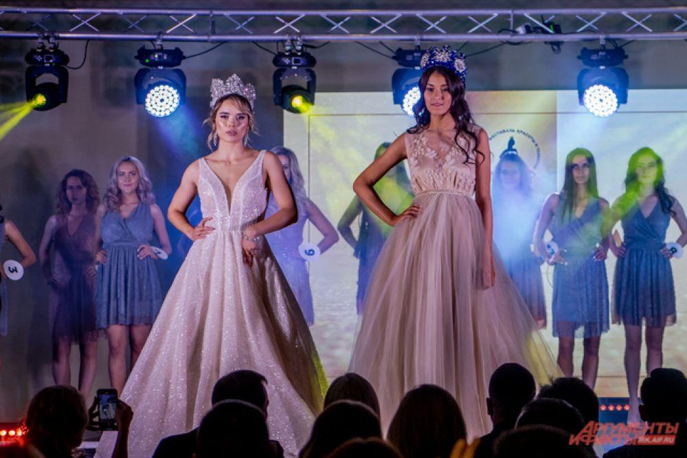 Затем участниц подбодрили Краса Иркутска 2019 и Топ Модель Иркутска 2019.