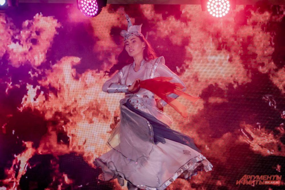 Дарима Лубсанова продемонстрировала национальный танец «Четыре стихии».