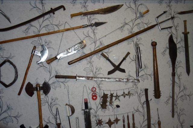 У него дома обнаружили мачете, шпаги, трезубец, нун-чаки,  штык и другие предметы.