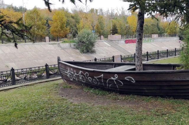 Арт-объекты и здания в городе регулярно портят вандалы.