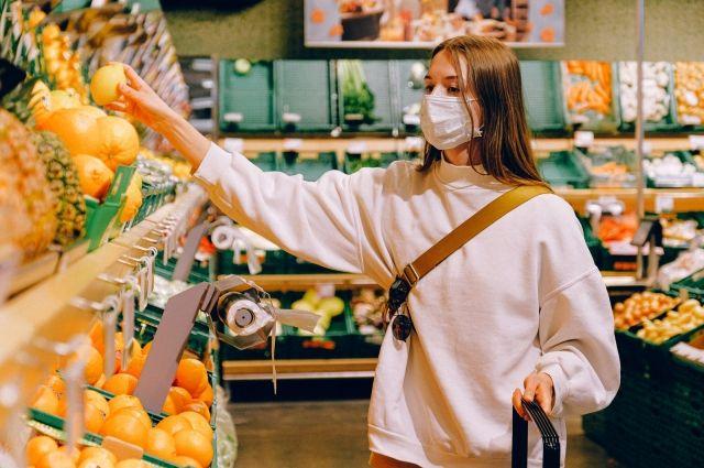Работники магазинов центра надевают маску только при виде контролеров, это же касается и посетителей.