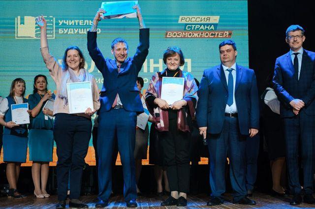 Максим Лавлинский (в центре) вышел в финал конкурса «Учитель года» от Приангарья.