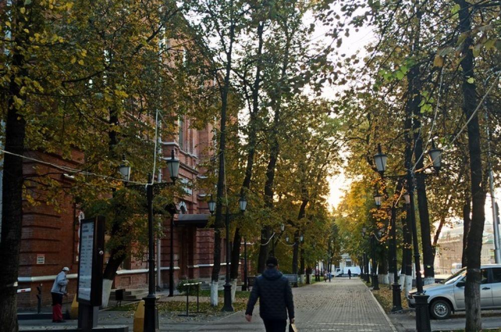 Улица Пушкина, слева - театр оперы и балета