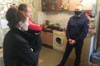 В Оренбурге семье с маленьким ребенком грозит зима в неотапливаемом расселенном доме.