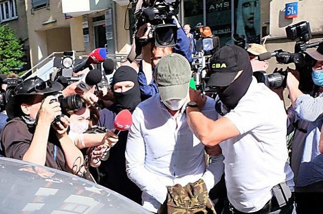 В Польше задержали трех человек за взятки экс-главе Укравтодора.