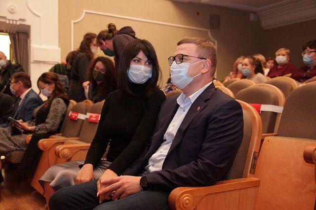 В театр Алексей Текслер пришёл с женой. Перед премьерой была экскурсия по обновлённому зданию.