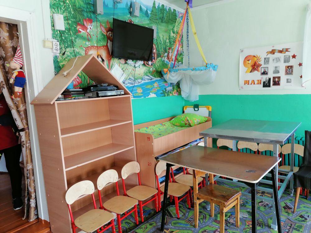 В игровой комнате пришлось разместить кроватки. Им нет места в спальной.