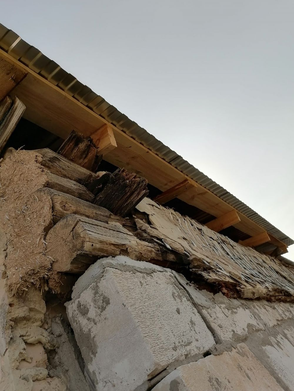Старые стены не вынесли новую крышу.