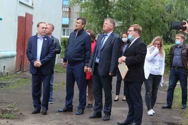 Бондаренко стоит рядом с Корбутом.