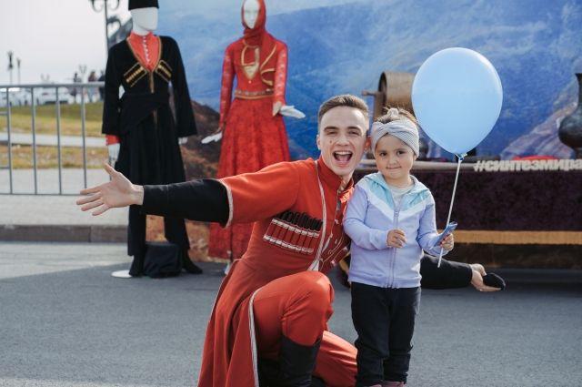 На детской площадке юные гости фестиваля играли в традиционные игры кавказских народов.