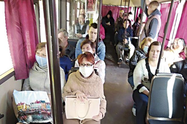 Маски в автобусах носят единицы.