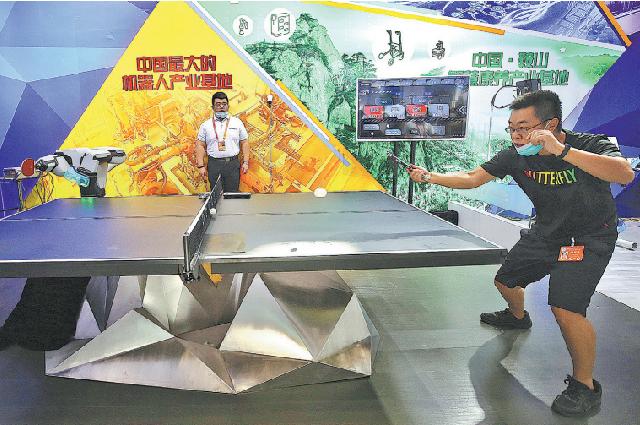 Сотрудник играет в настольный теннис с роботом в зоне выставки обслуживающих роботов на Китайской международной ярмарке торговли услугами – 2020, прошедшей в Пекине 5 сентября.