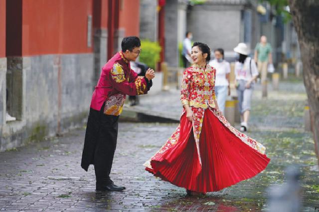 Молодожены фотографируются в центре Пекина, где культурное наследие столицы находится под охраной.