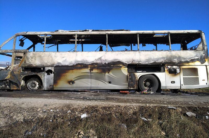 Пассажирский автобус в Варденисе, сгоревший после обстрела. По заявлению МИД и Минобороны Армении, 29 сентября Вооруженные силы Азербайджана обстреляли город Варденис с использованием турецкого беспилотника.