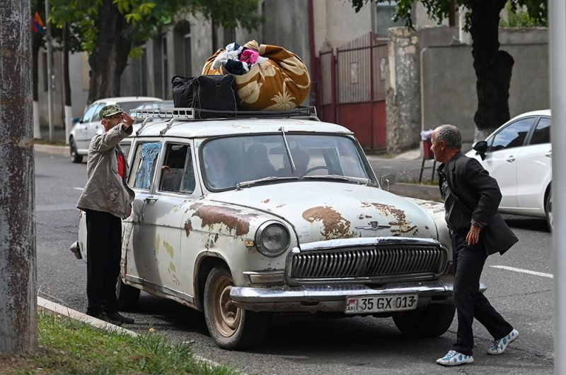 Жители Степанакерта перевозят вещи на машине.