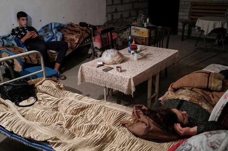 Жители в укрытии в Степанакерте.