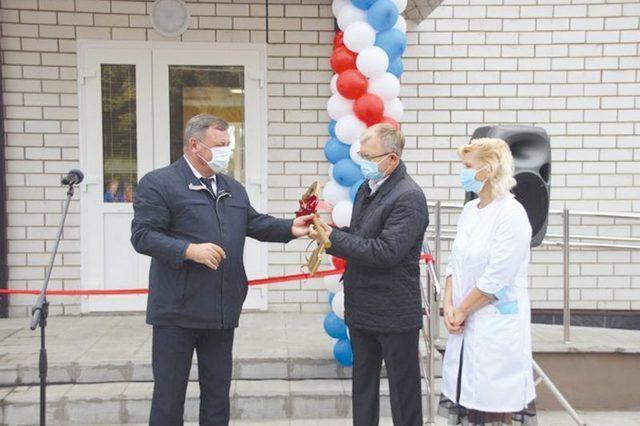Символический ключ от ФАПа передали главврачу Андрею Белоножко.