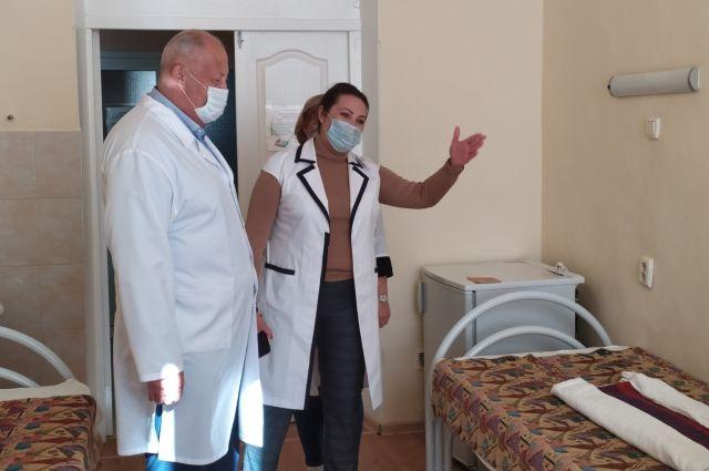 ГЛавврач Владимир Фонкин проверил готовность отделения.
