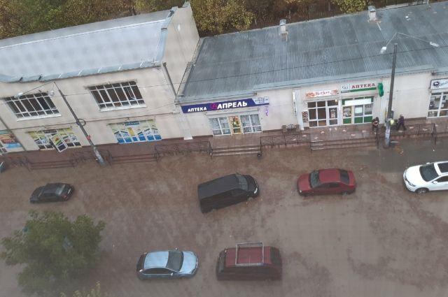Затоплены улицы, плывут авто. На страдающий от засухи Крым обрушился ливень