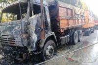 На пожаре никто не пострадал, автомобиль получил механические повреждения. Сейчас по факту возгорания грузовика проводится проверка.