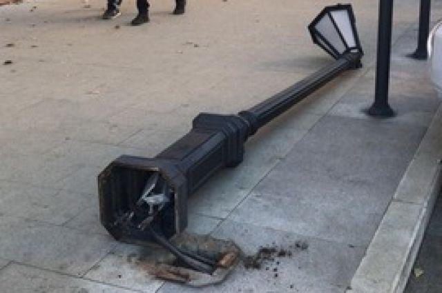 Неизвестный  сбил один из фонарей на улице Коммунистическая в районе парка имени С. М. Кирова, около ТЦ «Звёздный».