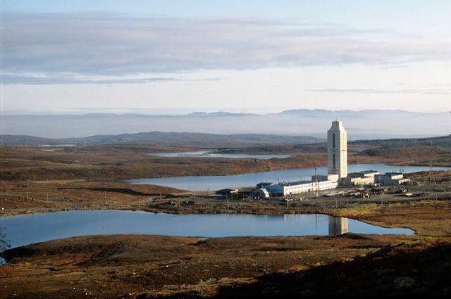 Башня над местом бурения сверхглубокой скважины (свыше 10 км) в 15 км от города Заполярного.