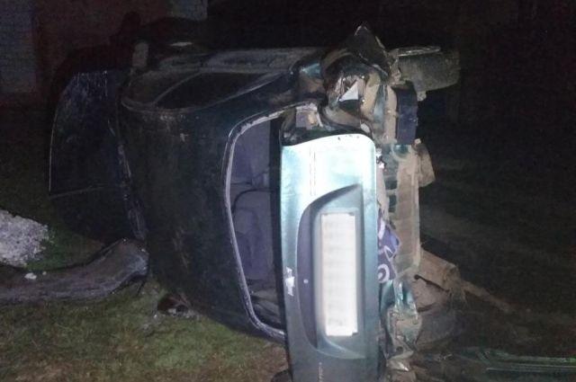 Двое пострадавших: в Удмуртии пьяный водитель без прав опрокинул автомобиль