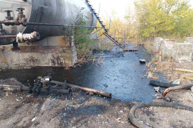 В оренбурге возбуждено уголовное дело по факту загрязнения почвы нефтепродуктами.
