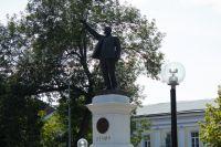 В инспекции госохраны объектов культурного наследия Оренбургской области проверили состояние «маленького» памятника В.И. Ленину.