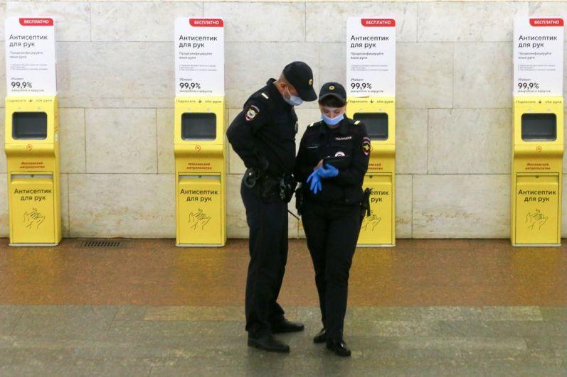 Проверка масочного режима в московском метро.