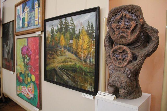 на выставке представлены картины в разных техниках и жанрах