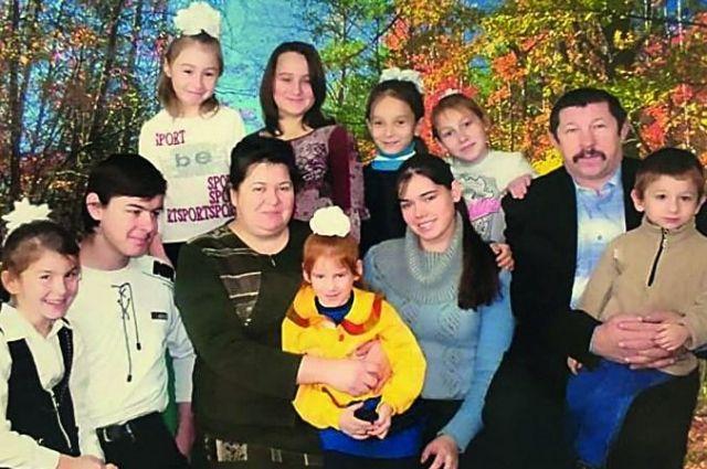 На фотографии не помещаются все дети семьи Карпенко.