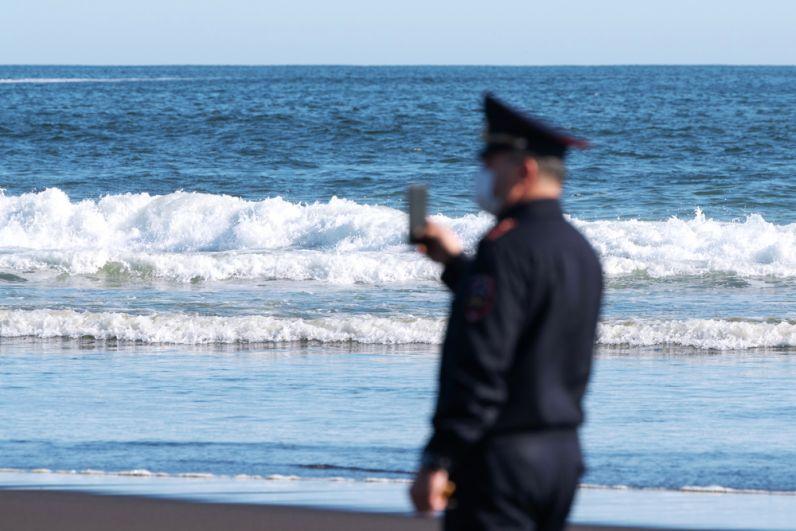 Сотрудник УМВД Камчатского края во время оперативно-разыскных мероприятий на месте предполагаемого происшествия на Халактырском пляже на Камчатке. 3 октября 2020 г.