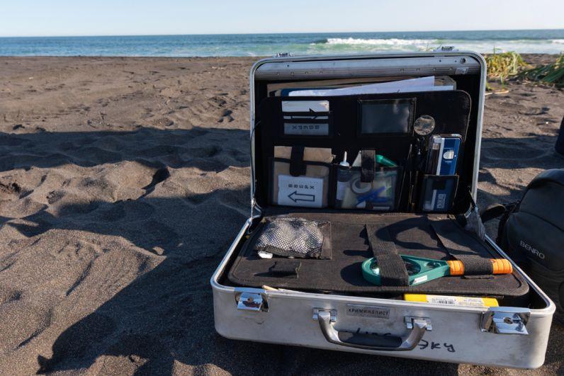 Комплект эксперта-криминалиста на месте предполагаемого происшествия на Халактырском пляже на Камчатке. 3 октября 2020 г.