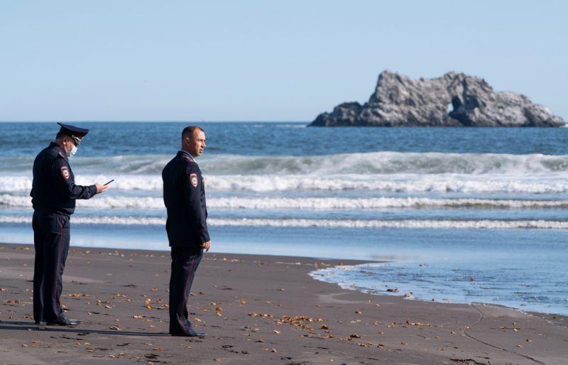 Сотрудники УМВД Камчатского края во время оперативно-разыскных мероприятий на месте предполагаемого происшествия на Халактырском пляже на Камчатке. 3 октября 2020 г.