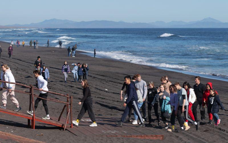Люди на Халактырском пляже Тихоокеанского побережья полуострова Камчатка. 3 октября 2020 г.