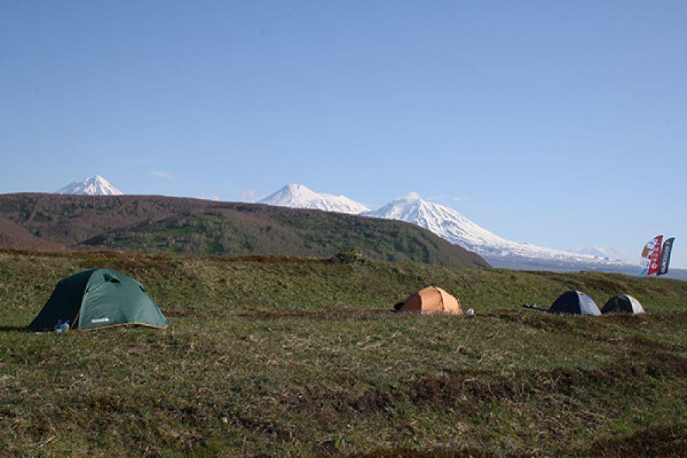 Некоторые туристы приезжают сюда, чтобы пожить несколько дней в палатках на берегу