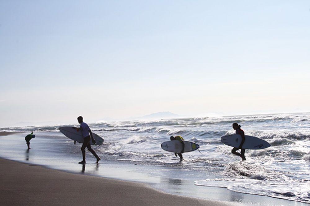 Здесь есть школа серфинга и спортсмены приезжают кататься круглый год