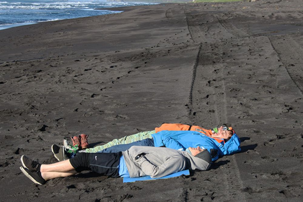 Халактырский пляж известен своим черным вулканическим песком