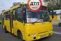 В Киеве маршрутка сбила троих человек: один погиб, двое пострадавших
