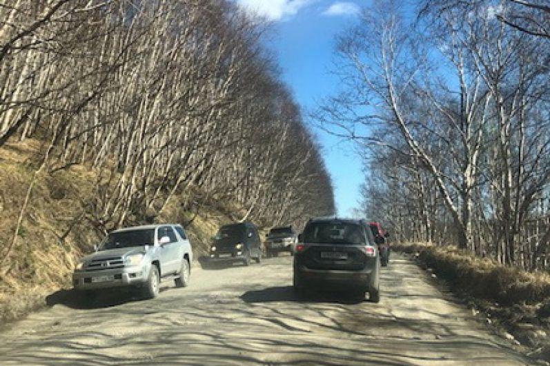 Самый безопасный способ добраться до пляжа - на машине, так как по дороге из ближайших поселков можно встретить медведя.