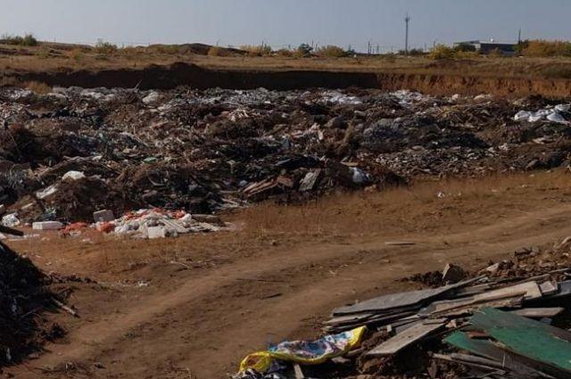 Незаконная свалка бытовых отходов располагается в южной части Оренбурга.