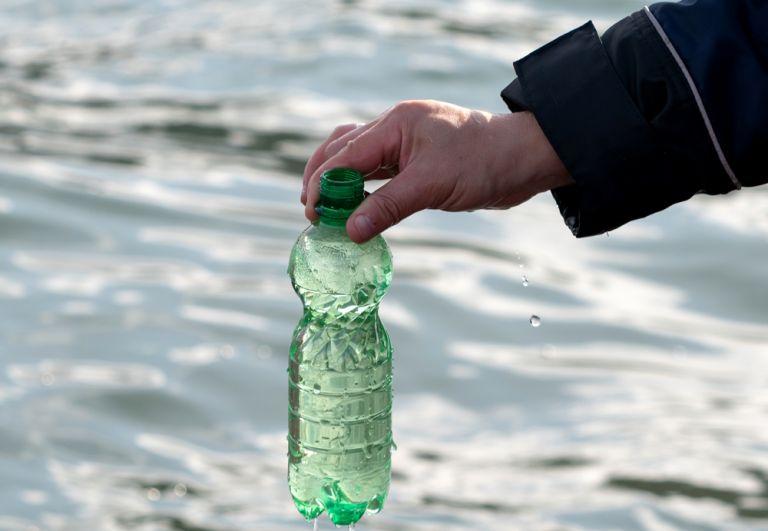 Сотрудник Следственного комитета России по Камчатскому краю берет пробу морской воды. 4 октября 2020 г.