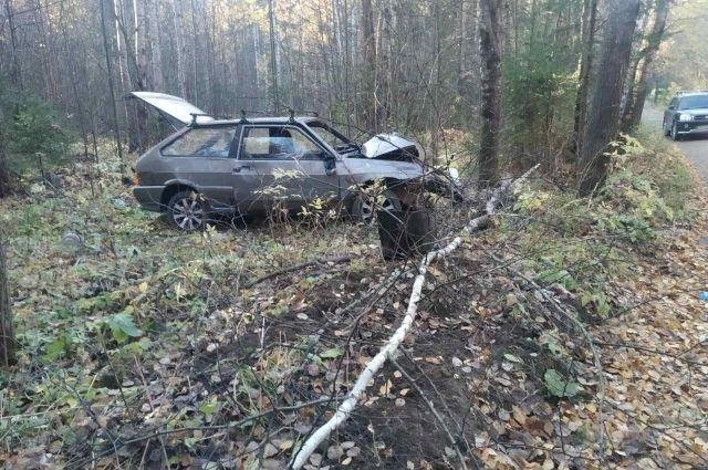Пострадали трое: в Ижевске пьяный водитель без прав протаранил дерево