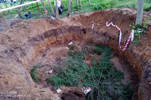 Братская могила подростков.