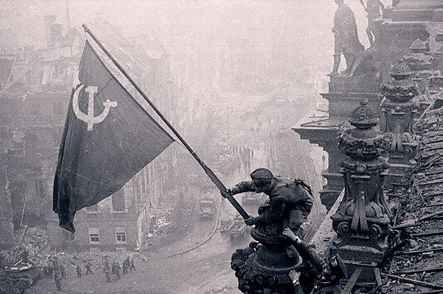 Сразу несколько групп советских солдат получили приказ добраться до крыши Рейхстага и установить там знамя. Штурмовой флаг 150-й стрелковой дивизии был вручён группе в составе лейтенанта Алексея Береста, сержанта Михаила Егорова и младшего сержанта Мелитона Кантарии.