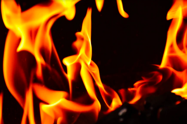 Первой загорелась покрышка.