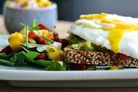 Нужно стараться в каждый прием пищи добавлять как можно больше овощей и фруктов.