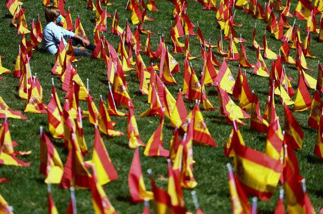 Поле, полностью «усеянное» флажками,— это акция впамять погибших откоронавируса испанцев, которую провела вМадриде ассоциация родственников умерших илюдей, пострадавших отэпидемии. Один флаг— одна жертва COVID-19.
