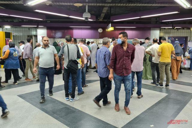 В метро Каира в масках только иностранные туристы.